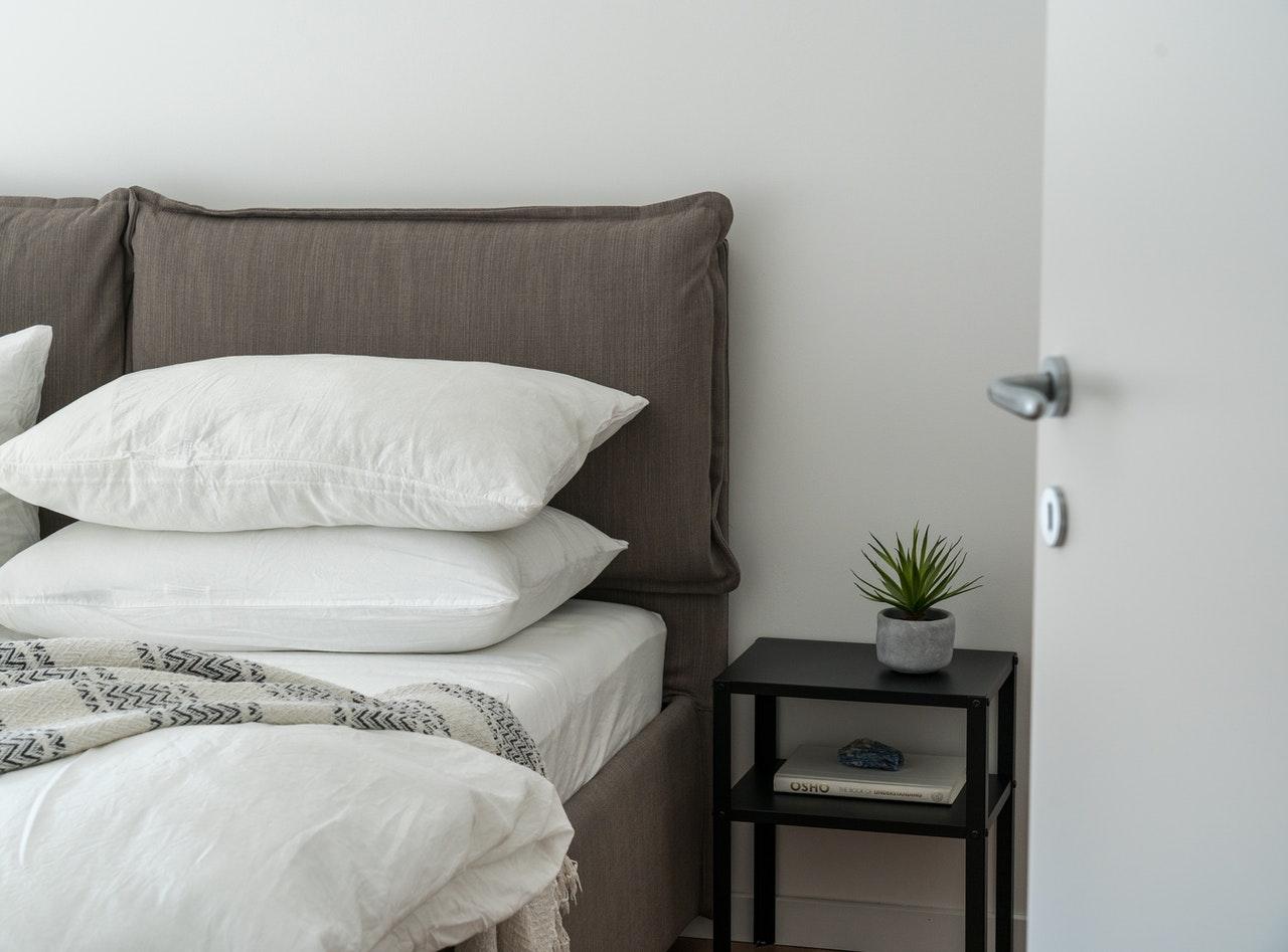 Sypialnia w stylu loftowym. Jak powinna wyglądać i dlaczego warto wybrać łóżko tapicerowane szare?