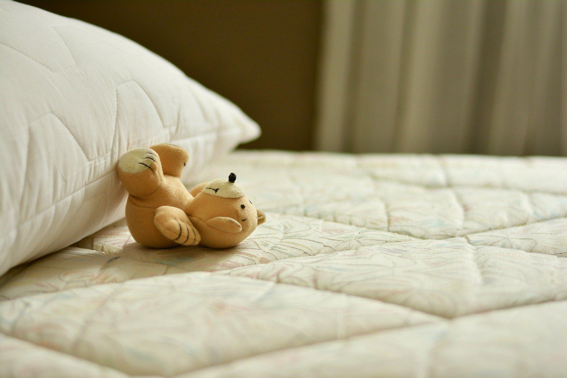 Łóżko tapicerowane welurowe – dlaczego warto na nie postawić?