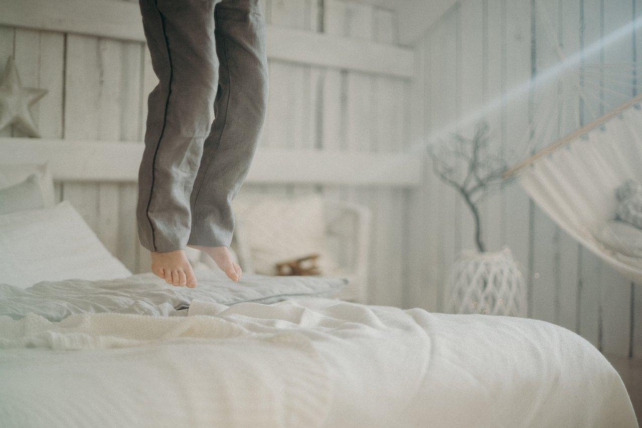 Łóżko tapicerowane jasne, czyli idealny wybór do sypialni glamour