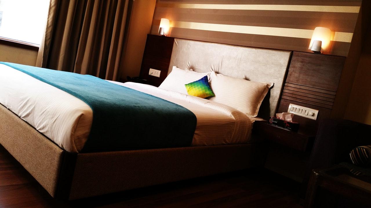 Łóżko tapicerowane ciemnoszare – doskonały wybór do sypialni nowoczesnej oraz w ciemnych barwach