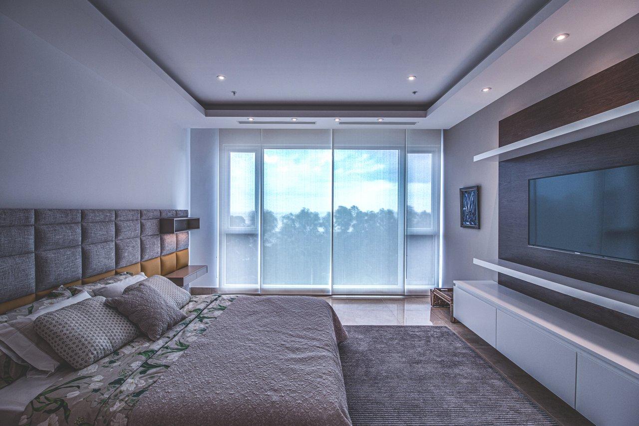 Urządzasz sypialnię? Warto kupić łóżko tapicerowane z pojemnikiem lub szufladami!