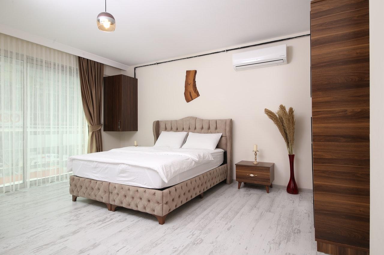 Łóżko tapicerowane ze stelażem, pojemnikiem i materacem, czyli na co zwracać uwagę podczas zakupu